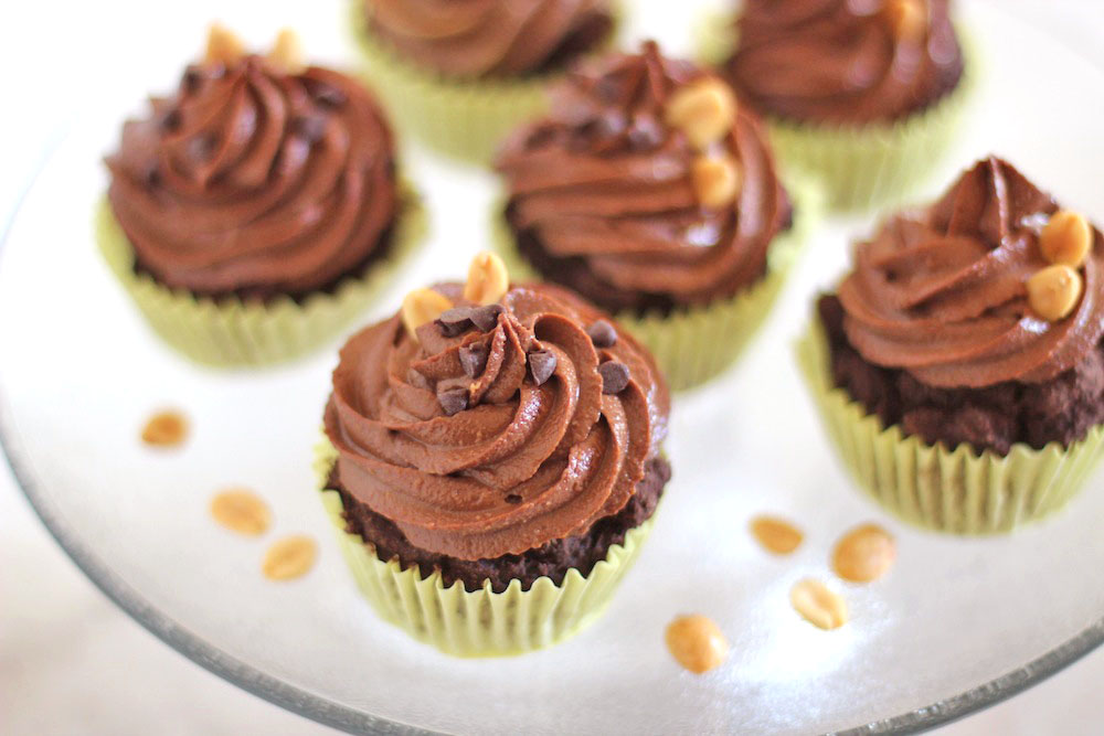Healthy Chocolate Cupcakes -- with PB filling & chocolate PB frosting. Only 170 calories! {Sunday Funday #4 on foodsforthesoul.net}