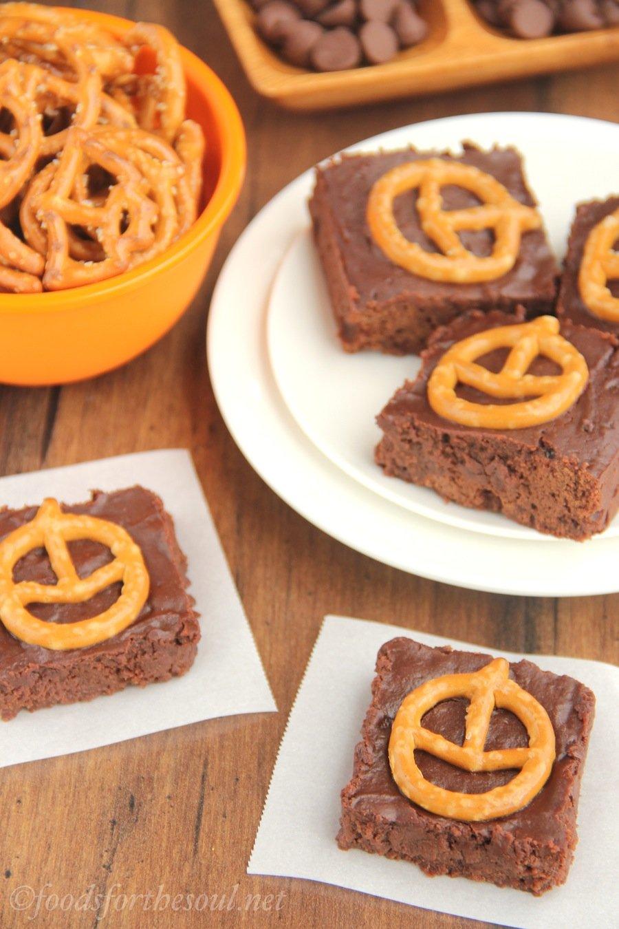 Pumpkin Pretzel Halloween Brownies -- extra fudgy (but still healthy!) rich chocolate brownies. A cute & easy Halloween treat!