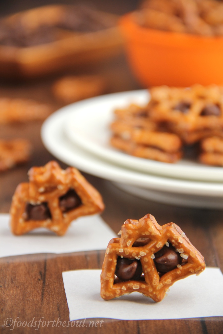 Chocolate Pretzel Batwiches -- only 2 ingredients & 10 minutes to make this cute Halloween treat!