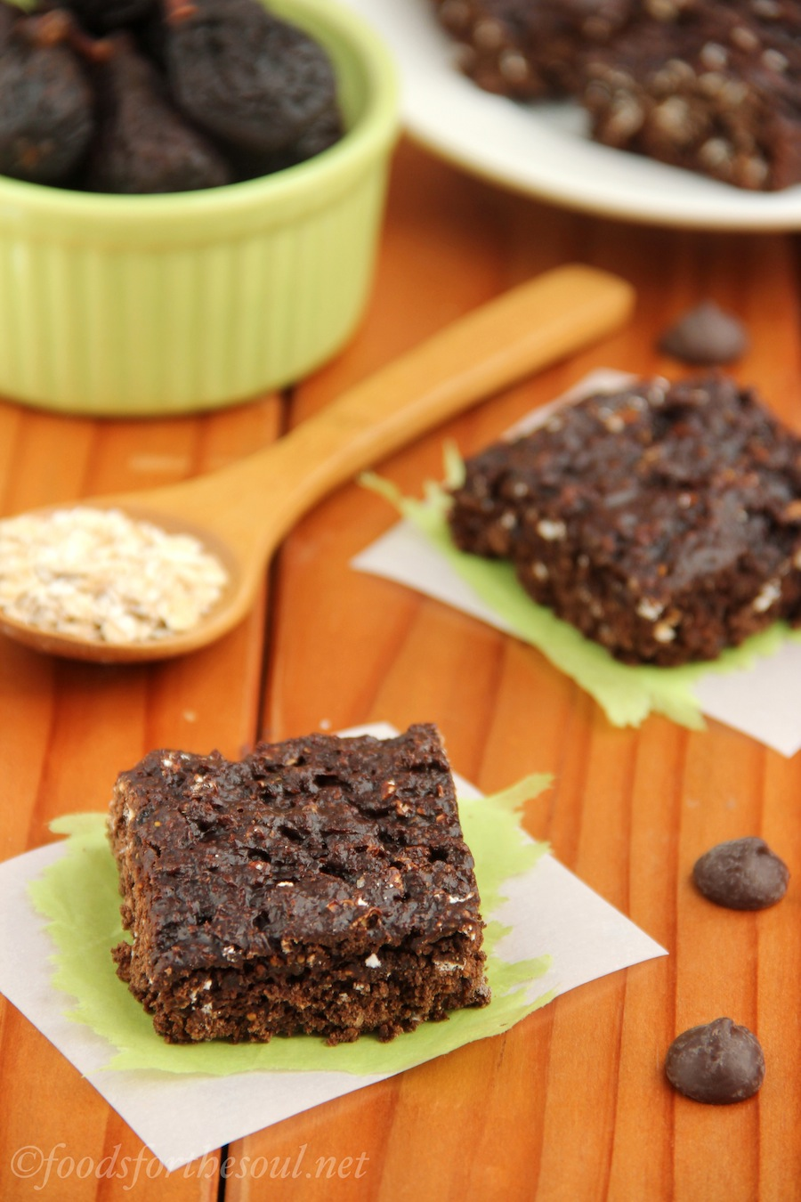 Chocolate Fig Squares -- an easy recipe for healthy & clean-eating snack bars!