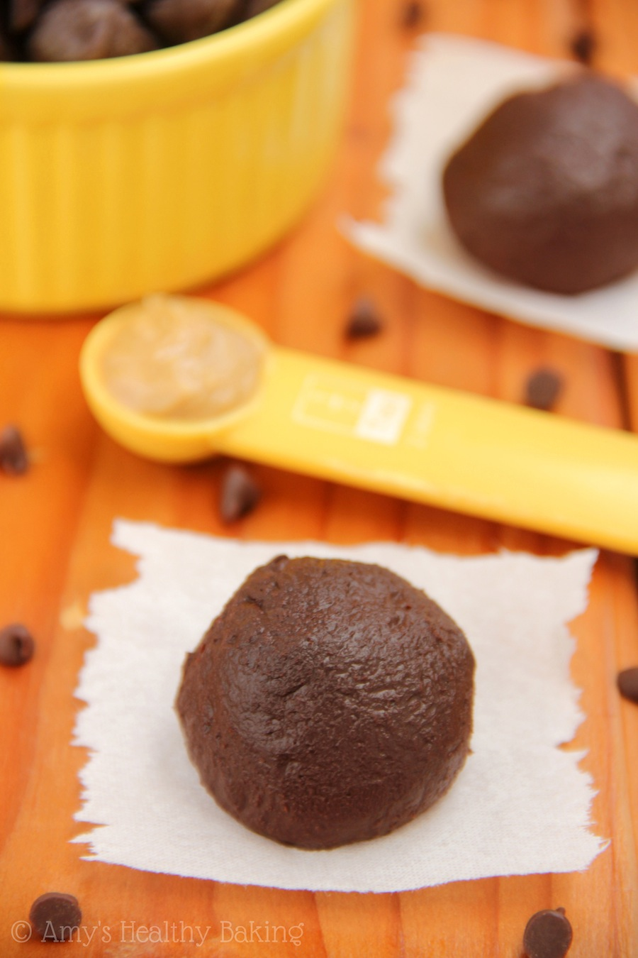 Dark Chocolate Peanut Butter Truffles -- an easy skinny & clean-eating treat made with NO butter or heavy cream! You NEED to try these!