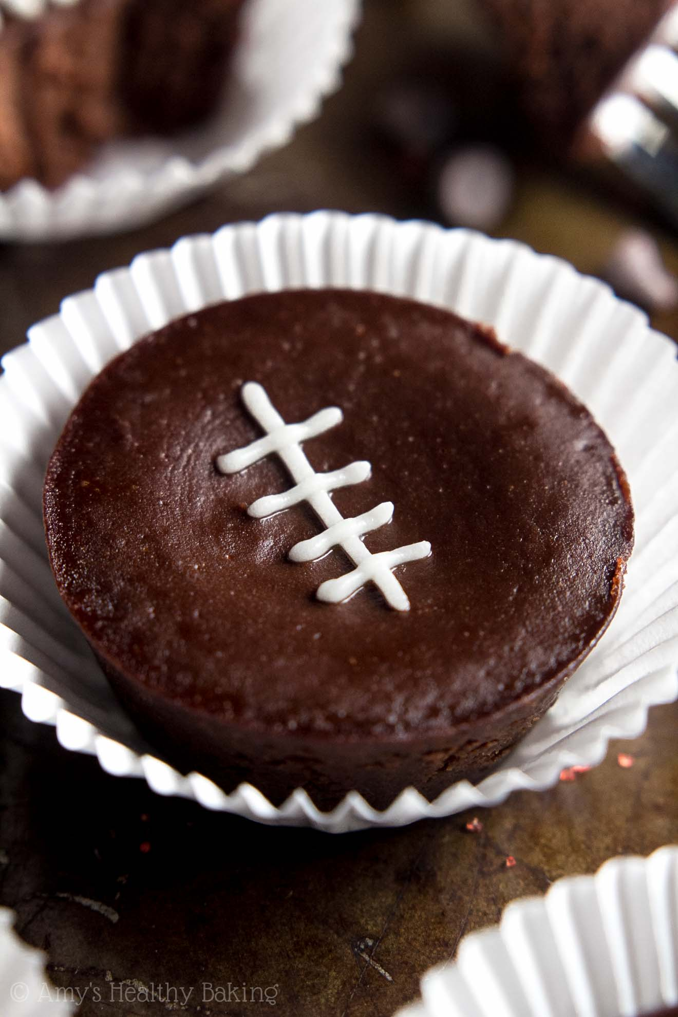 Clean-Eating Flourless Brownie Bites -- an easy one-bowl recipe for extra fudgy brownies! SO chocolaty, just 43 calories & packed with 2g of protein!