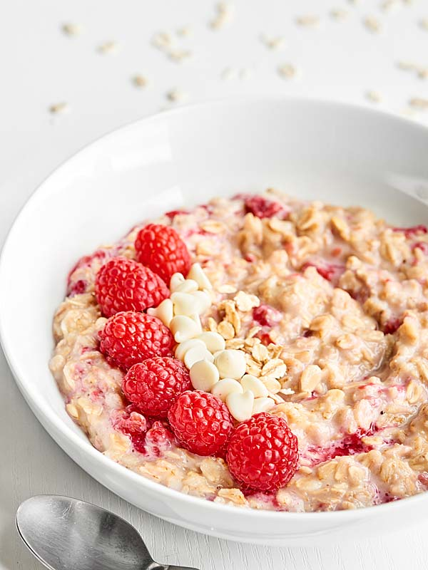 White Chocolate Berry Cheesecake Oatmeal | @showmetheyummy