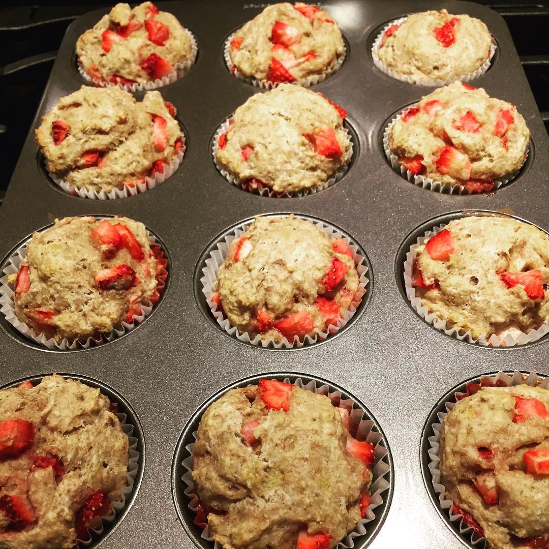 Whole Wheat Strawberry Banana Muffins | @liftingweightsandbakingcakes