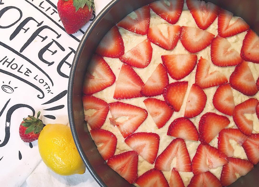 Simple Strawberry Lemon Cake | @brittsandpieces