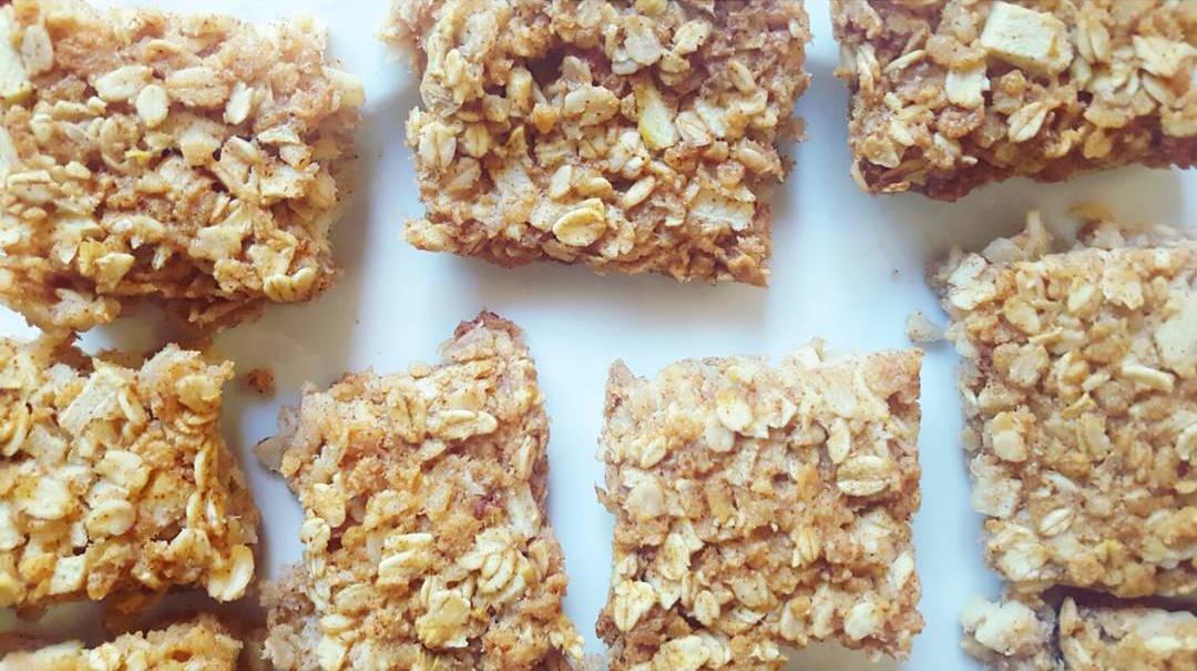 apple pie granola bar bites | @balancing.andie