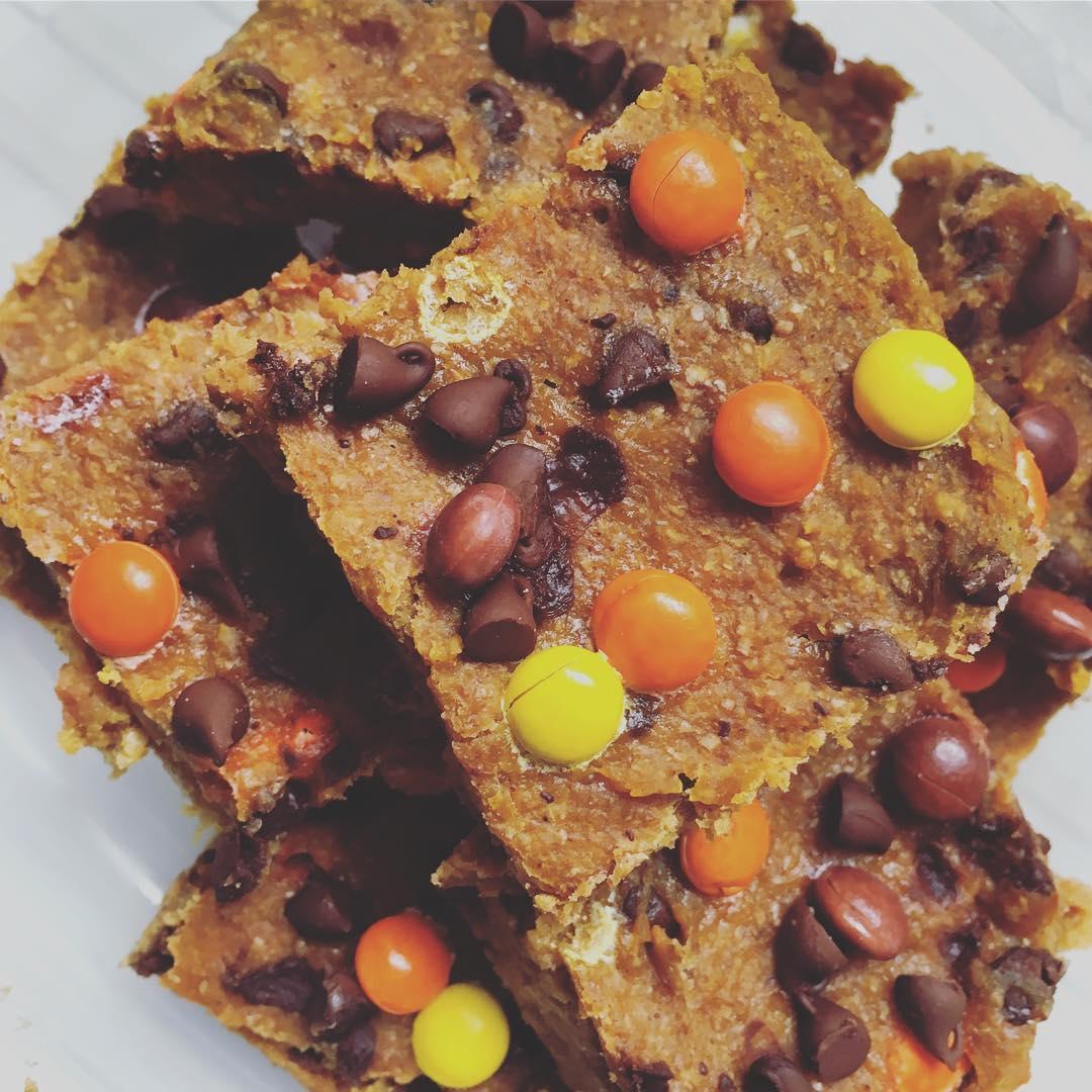 chocolate chip pumpkin pie brownies | @leighann0509