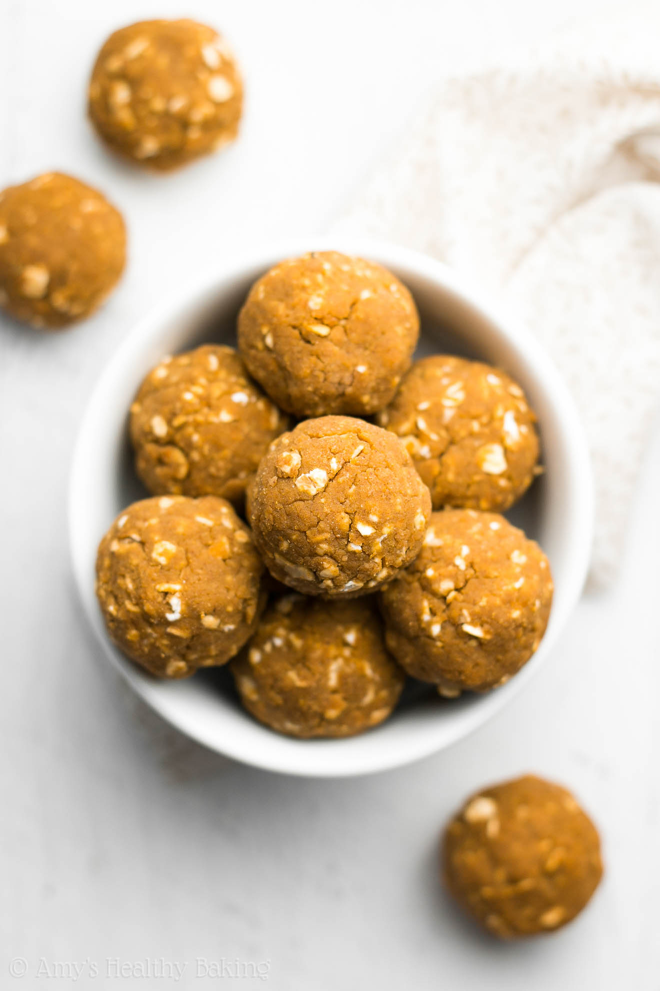 Healthy Pumpkin Spice Latte Energy Bites -- they taste just like the Starbucks drink! Only 100 calories & 12g of protein!