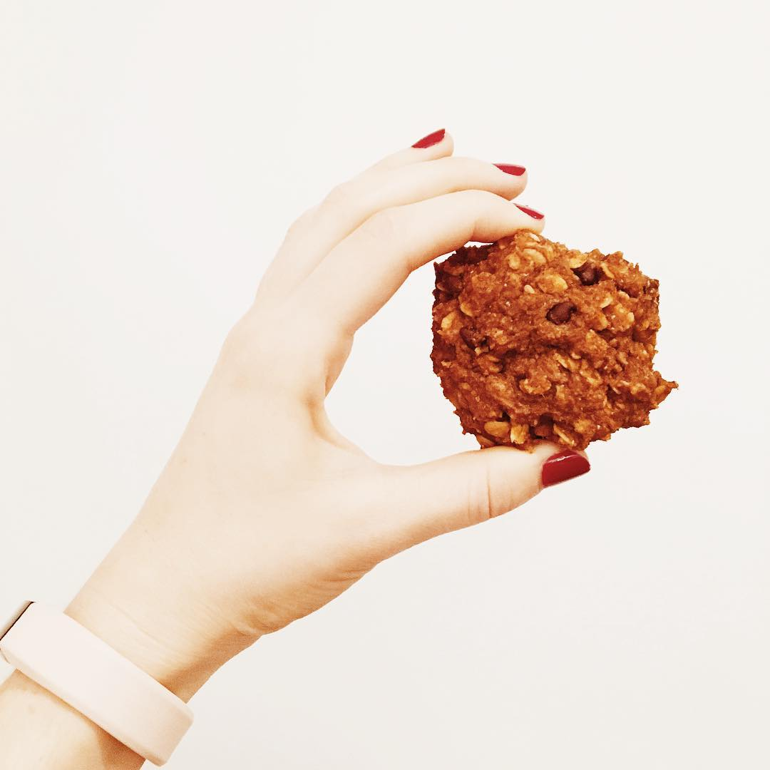 pumpkin pie chocolate chip oatmeal cookies by @fitlikefeens