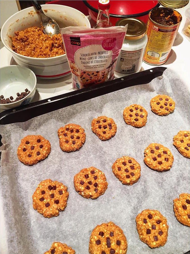 pumpkin pie chocolate chip oatmeal cookies by @mariegenne