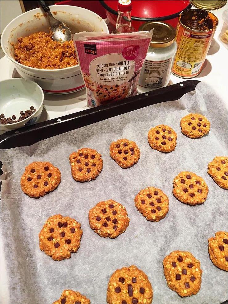pumpkin pie chocolate chip oatmeal cookies by @mariegenne