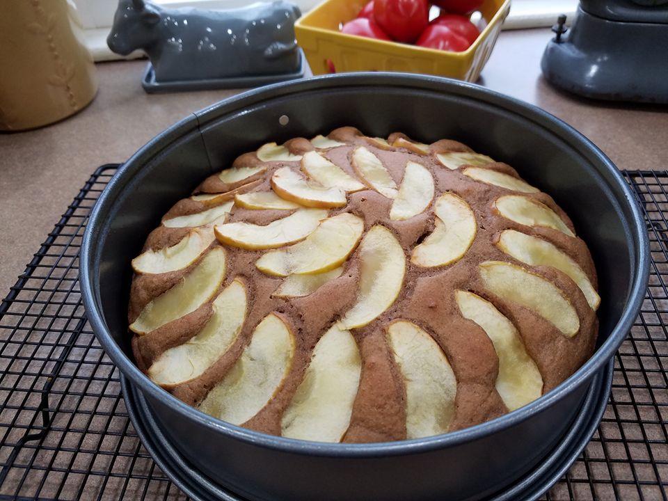 simple cinnamon apple cake by @lisa