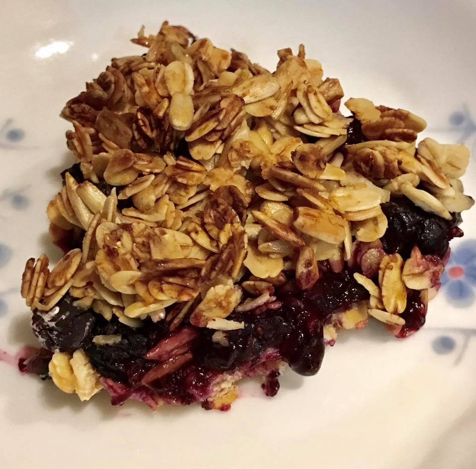 the ultimate healthy blueberry crumble by @porkybun