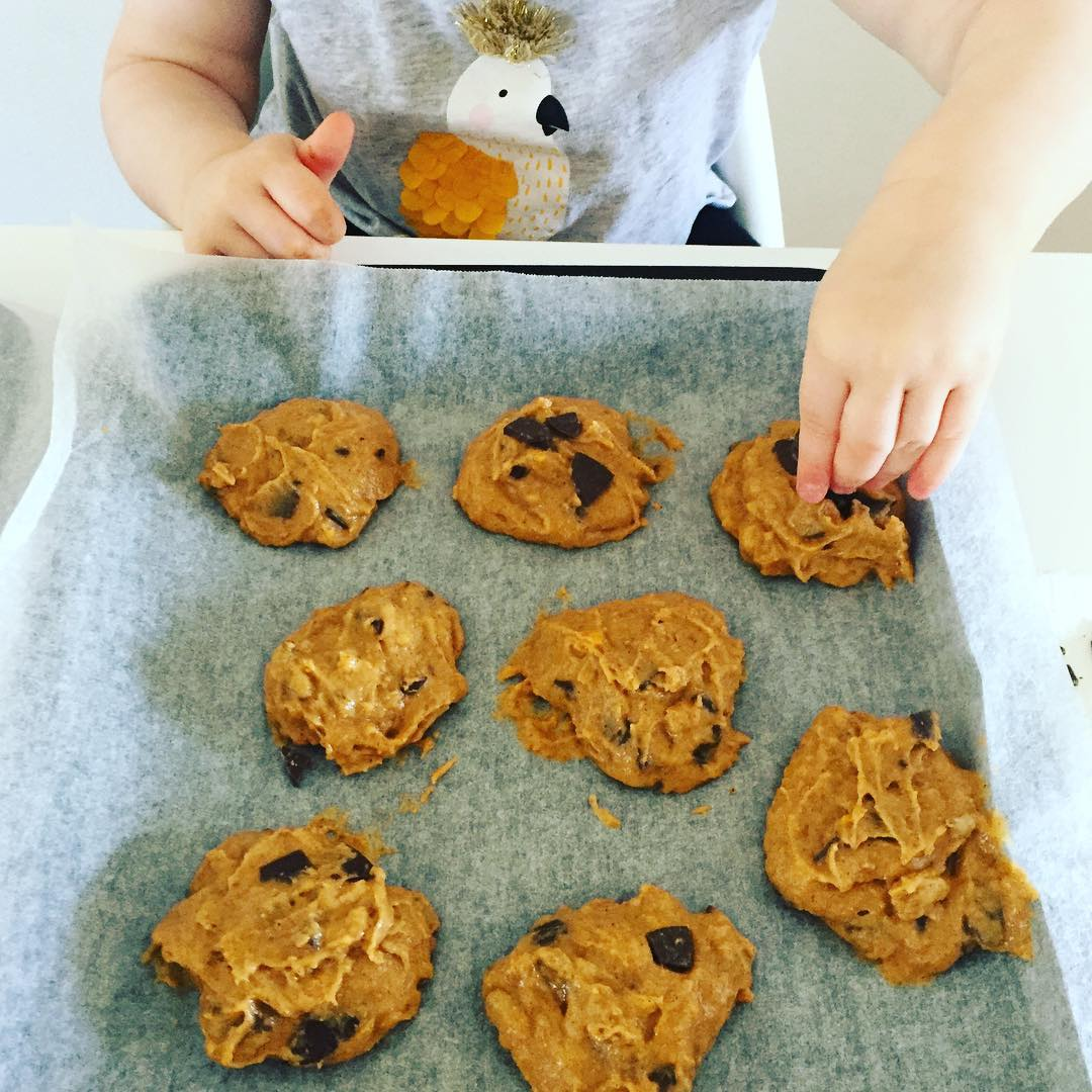 the ultimate healthy soft & chewy pumpkin chocolate chip cookies by @oh.my.mumma