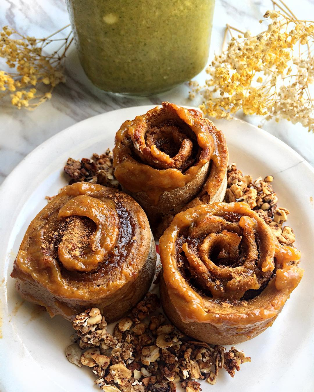 healthy pumpkin cinnamon rolls by @bayleyong