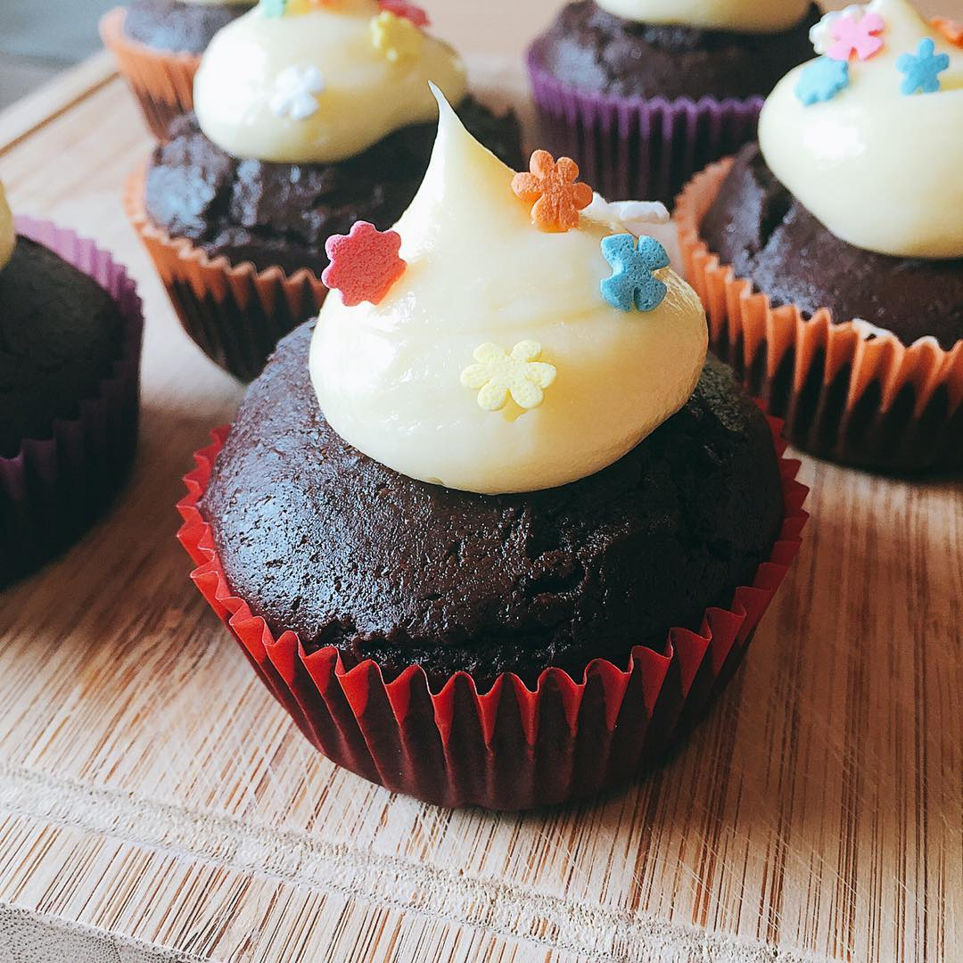the ultimate healthy dark chocolate cupcakes {with cream cheese frosting!} by @janiewei