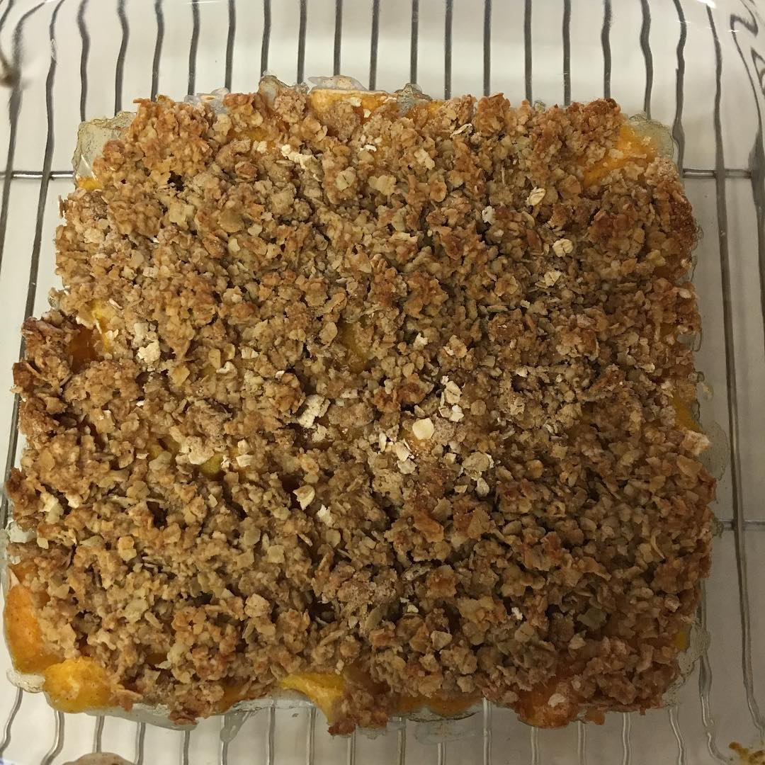 healthy peach crumble by @lavenderlanenaturals