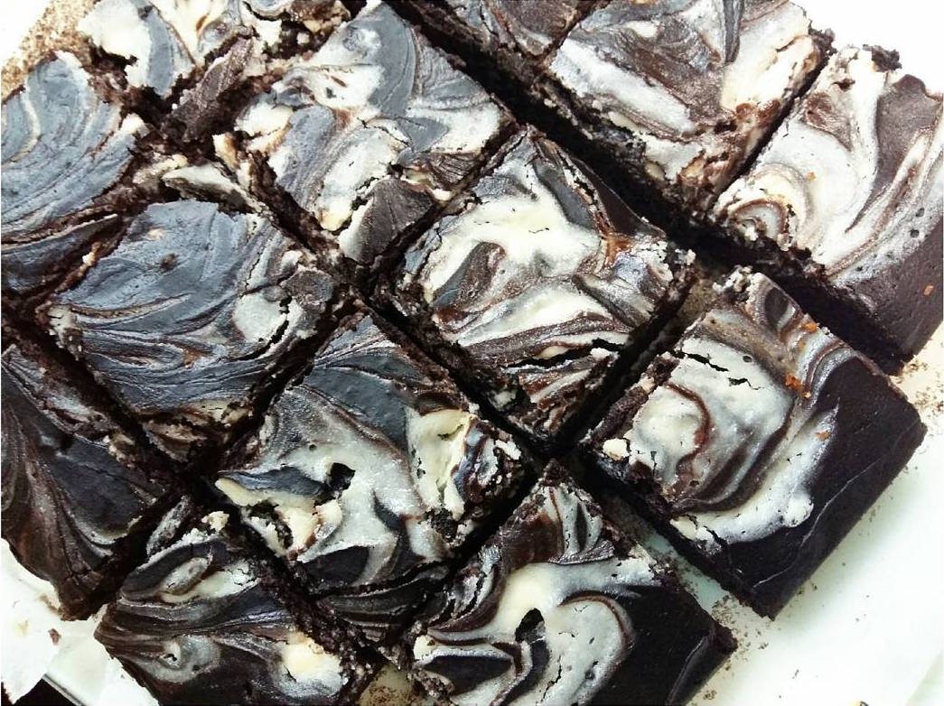 fudgy dark chocolate cheesecake swirled brownies by @kyudonsmom