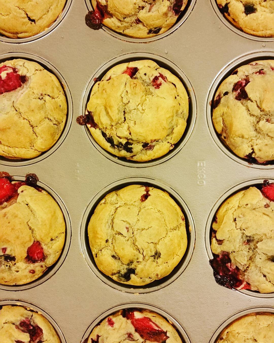 maple mixed berry muffins by @mariacbair