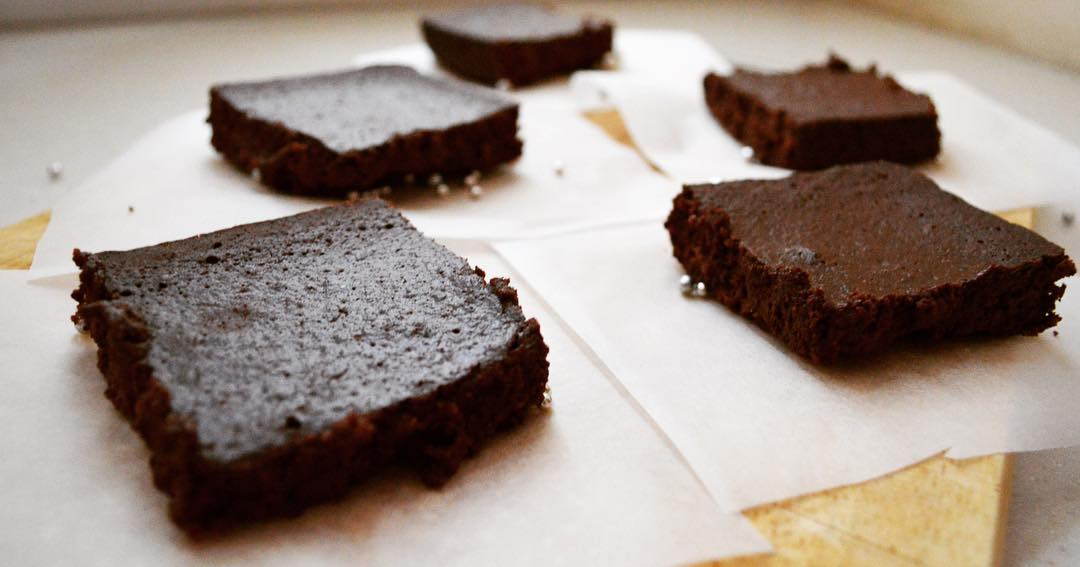 practically flourless extra fudgy brownies by @munchkin_eats_healthy
