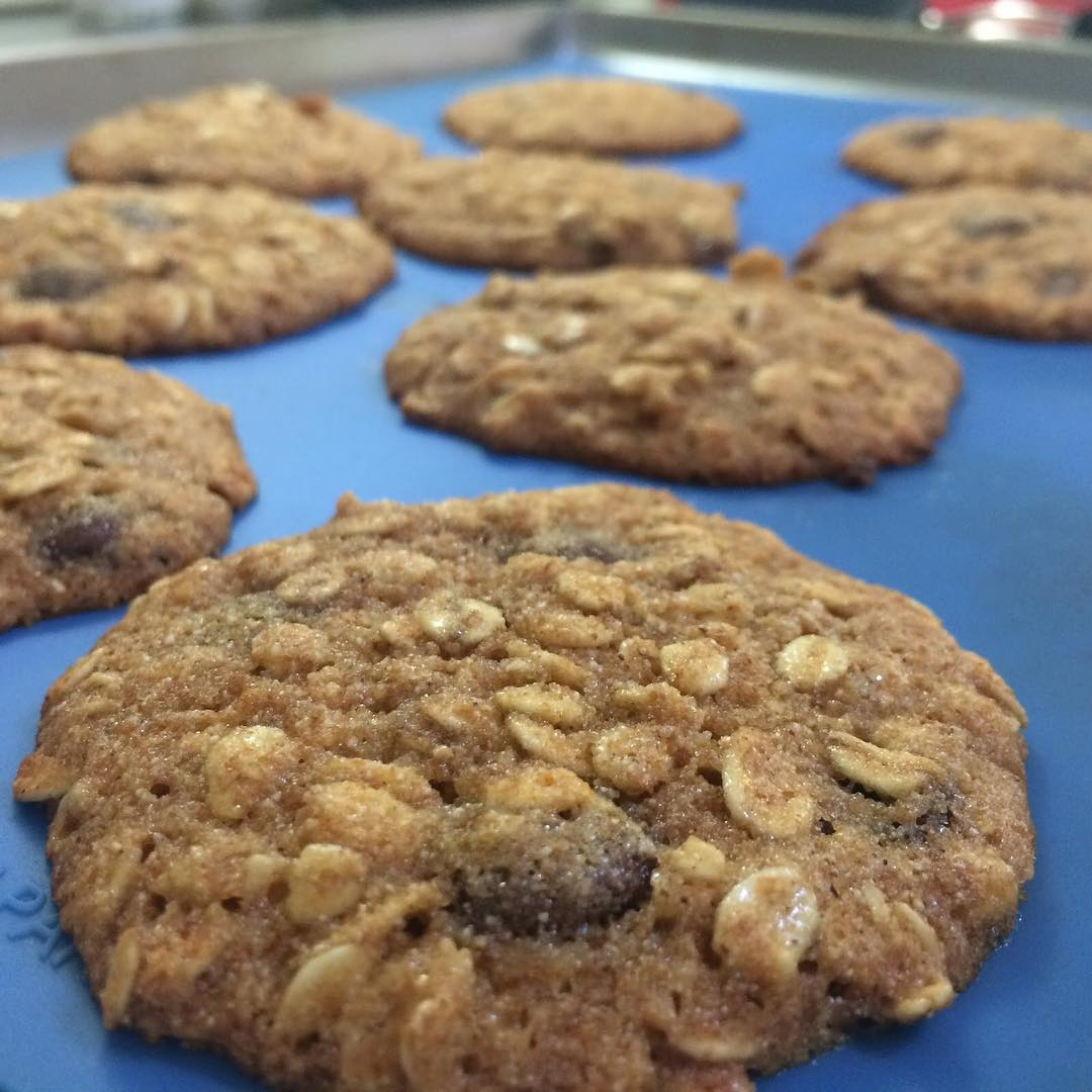 the ultimate healthy oatmeal raisin cookies by @itsplaytimeingles