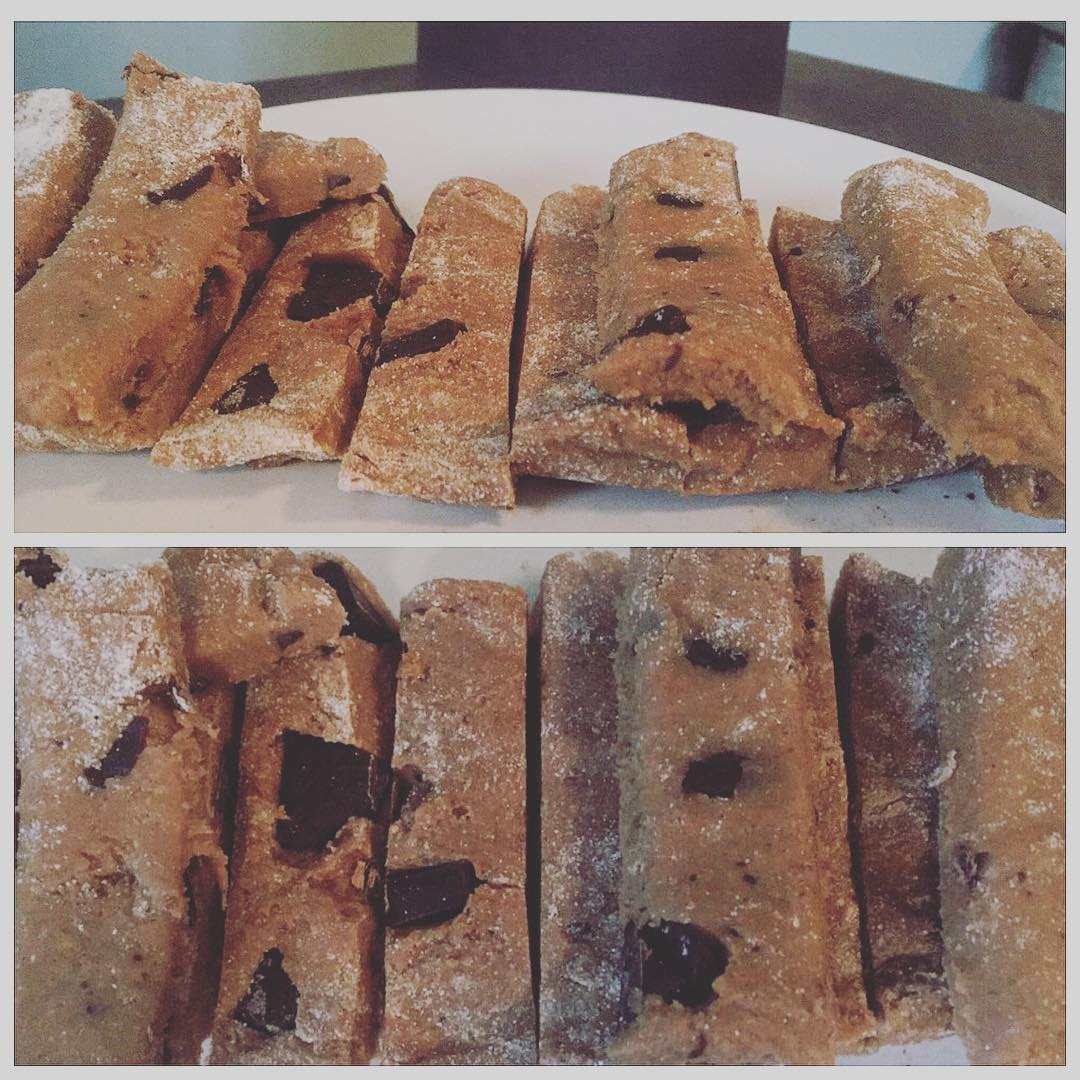 chocolate chip peanut butter protein bars by @hannahgram16