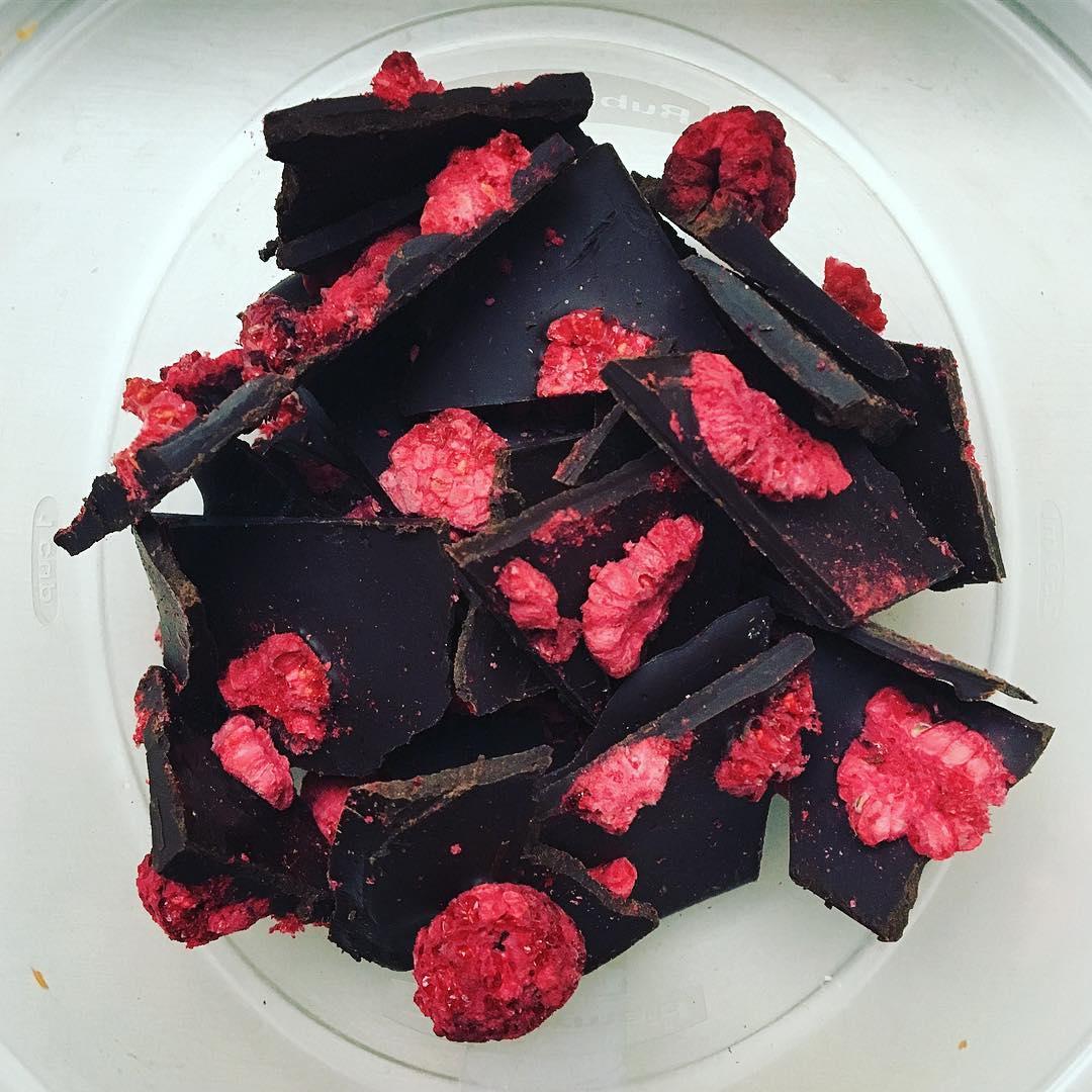 healthy raspberry dark chocolate bark by @adancersliveit