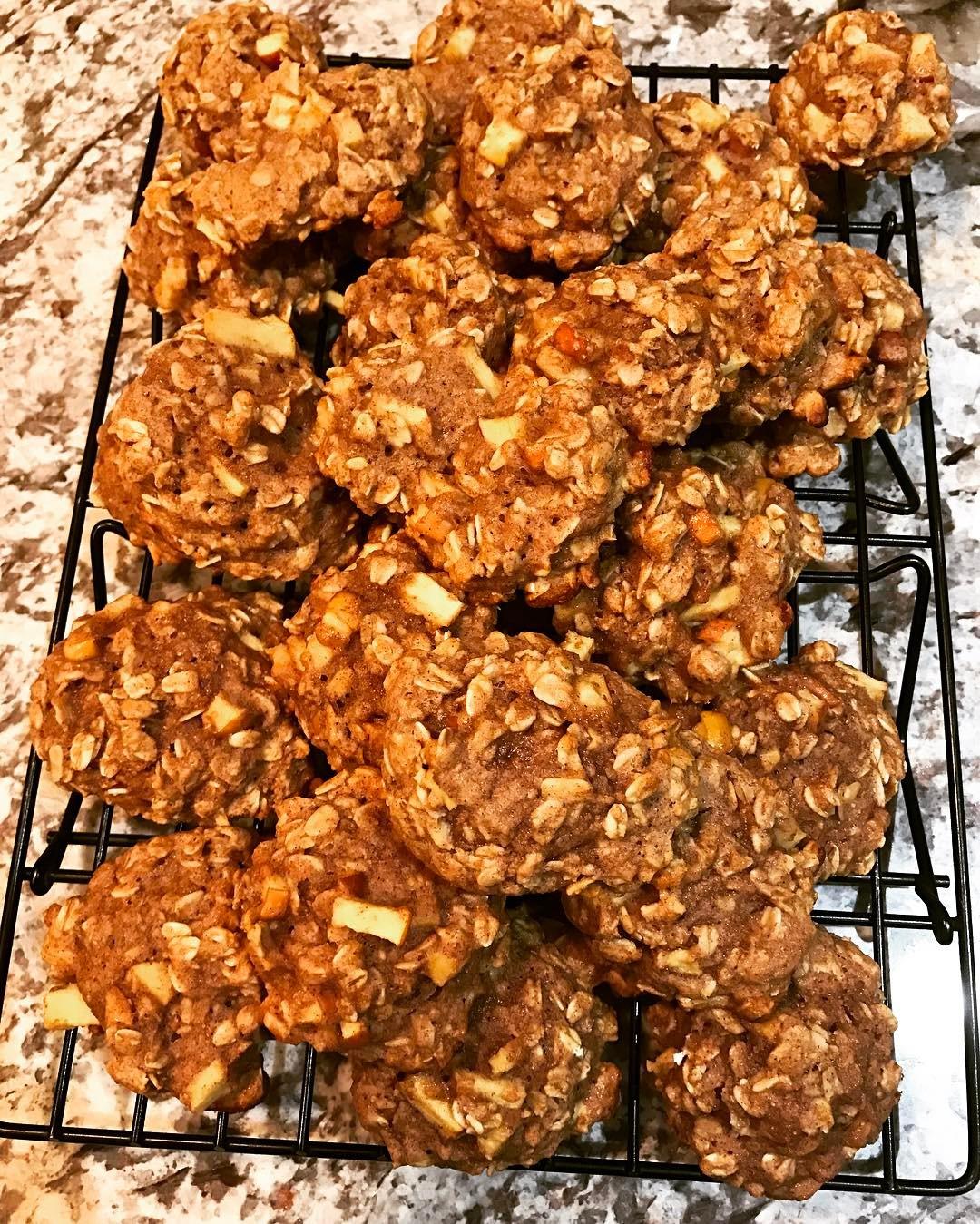 apple pie oatmeal cookies by @melanie_swain14