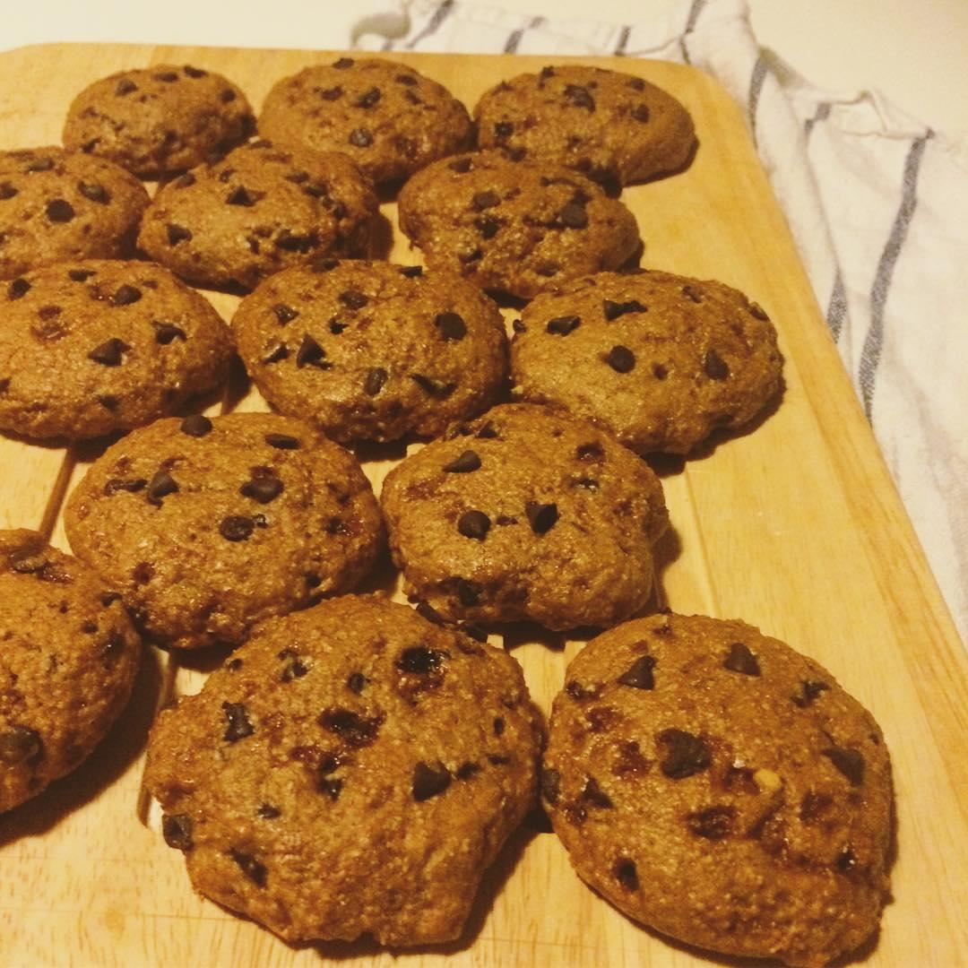 healthy banana chocolate chip cookies by @cioccolatoelamponi