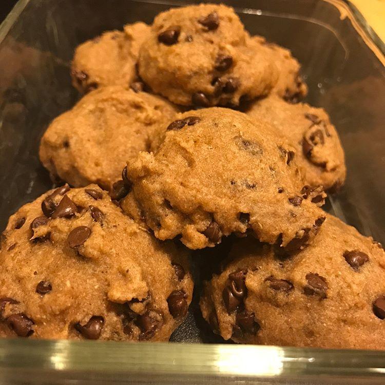 healthy banana chocolate chip cookies by @hanna_hotchkiss