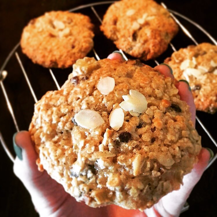 the ultimate healthy oatmeal raisin cookies {with almonds & pumpkin seeds!} by @hales__bee