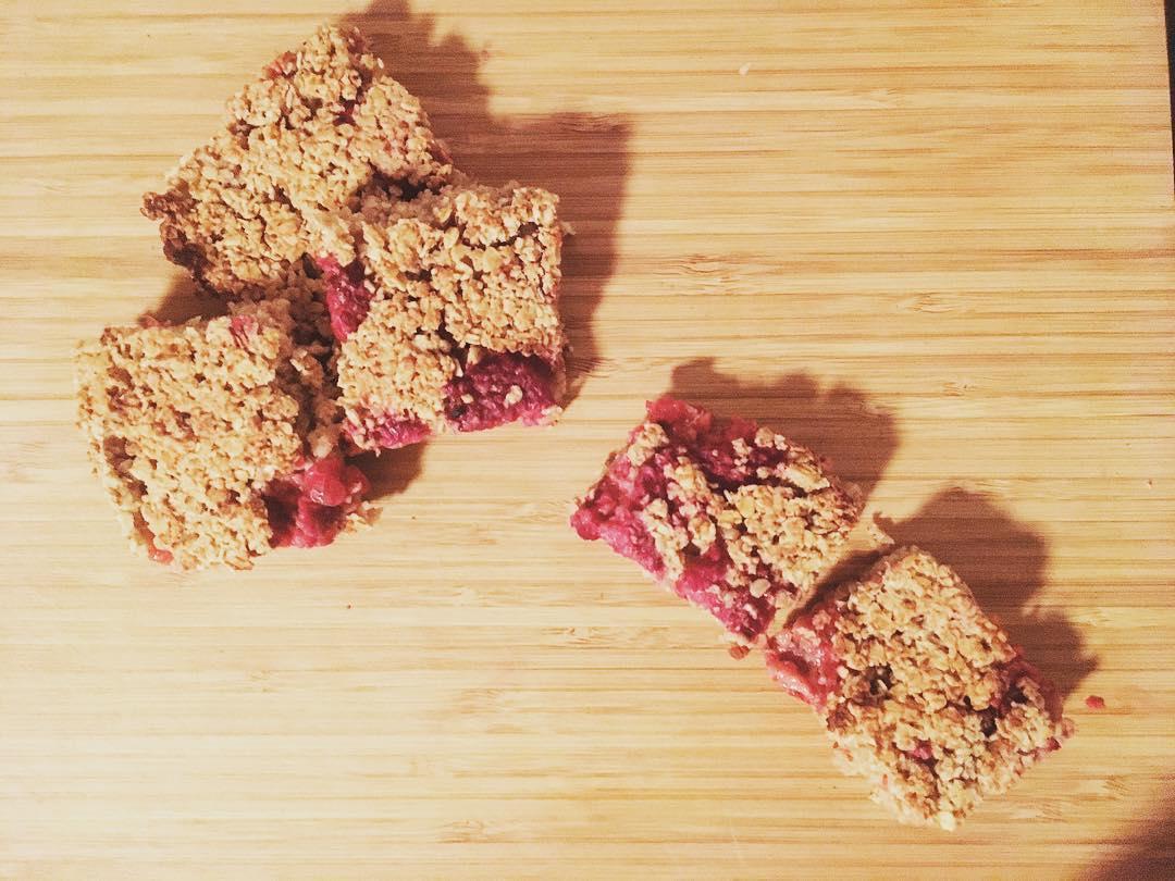 chewy raspberry apple granola bars by @hannahgram16
