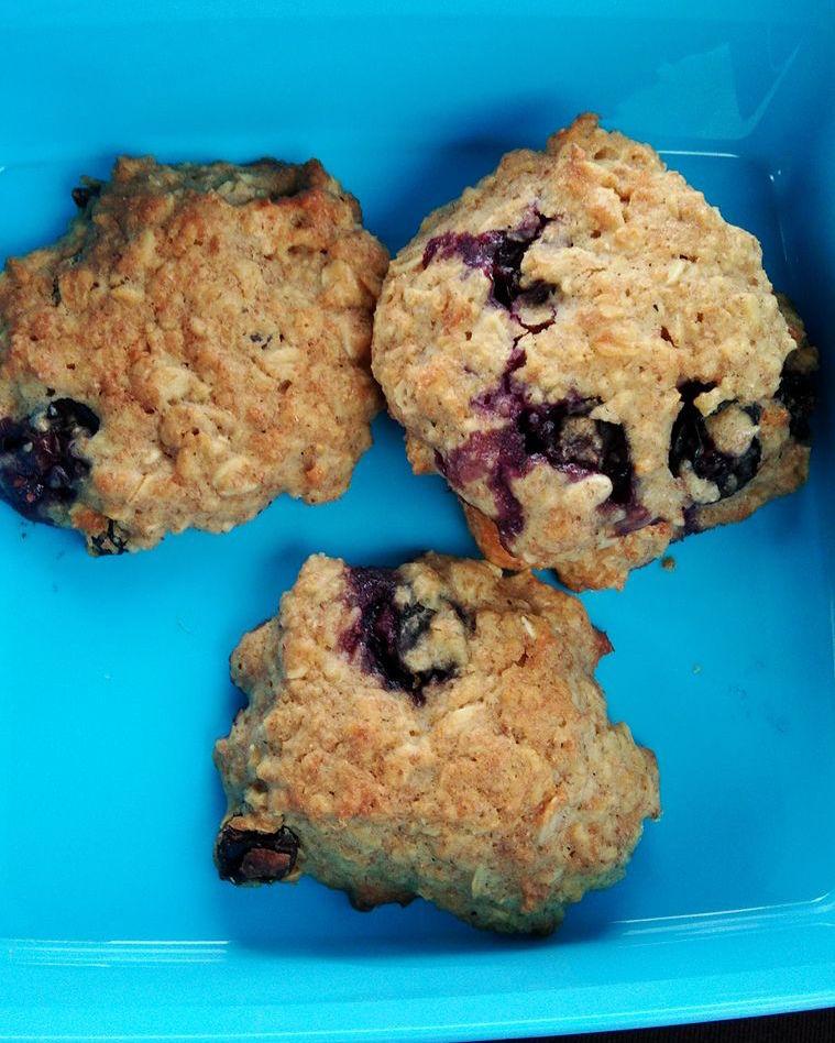 healthy blueberry oatmeal breakfast cookies by @aizul