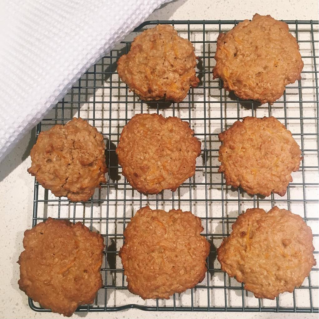 carrot cake oatmeal cookies by @lucieshealthylife
