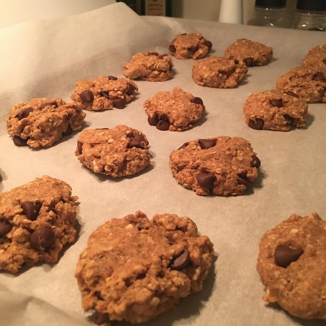 chocolate chip banana bread oatmeal cookies by @paulinagetsfit