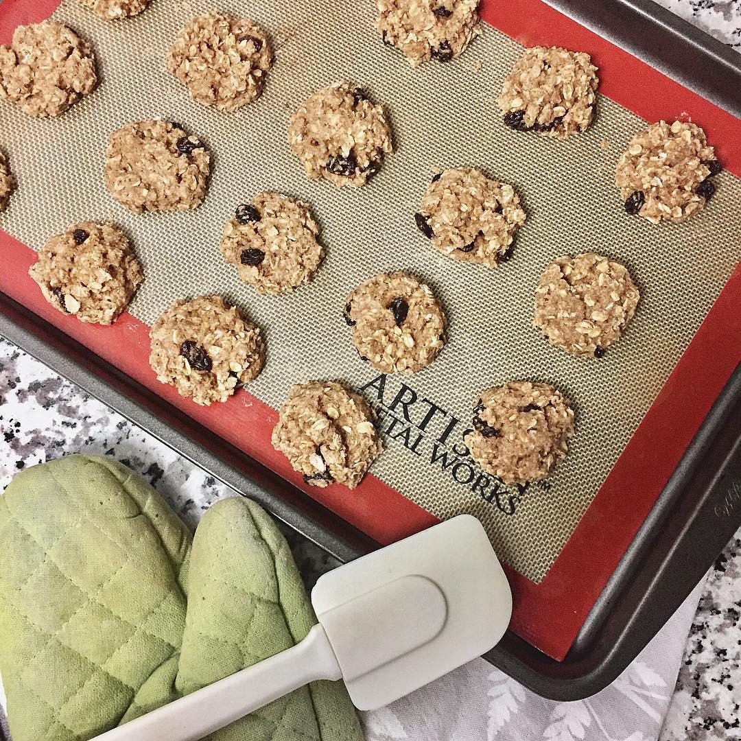 healthy oatmeal raisin breakfast cookies by @tmohashi