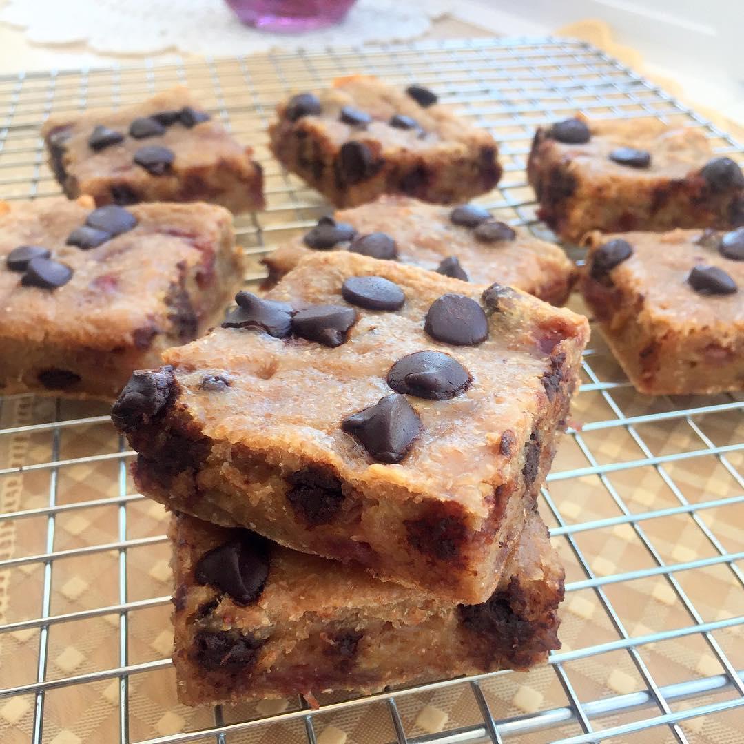 raspberry chocolate chip banana bread brownies by @angiethefoodie