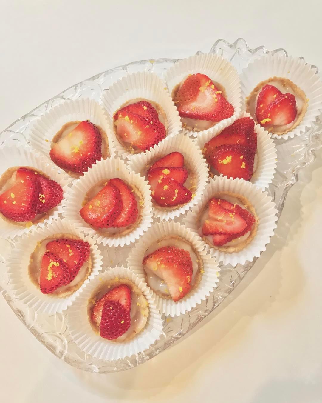 strawberry custard tarts {as minis!} by @ahealthnut