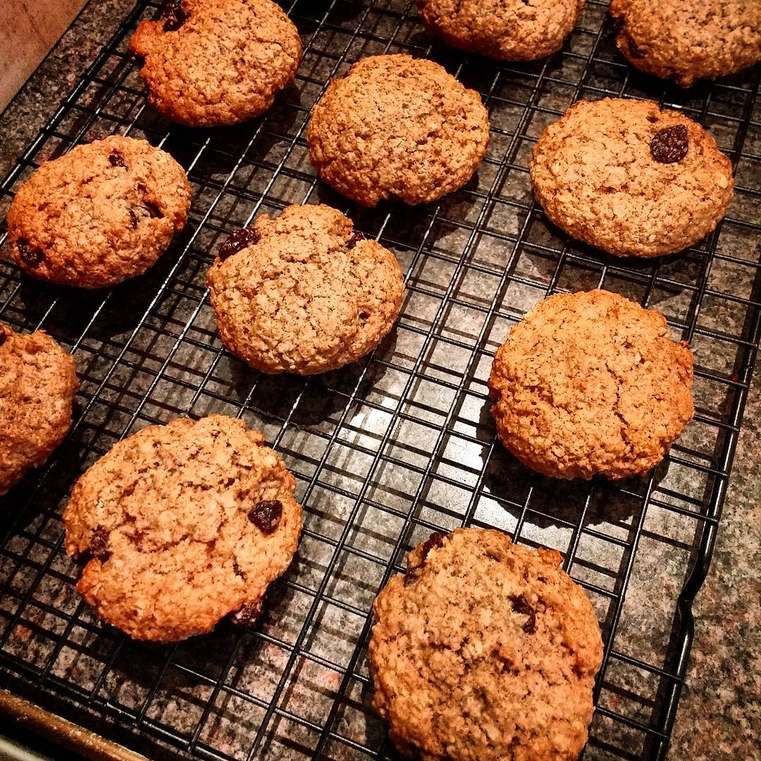 the ultimate healthy soft & chewy oatmeal raisin cookies by @alsfitkitchen
