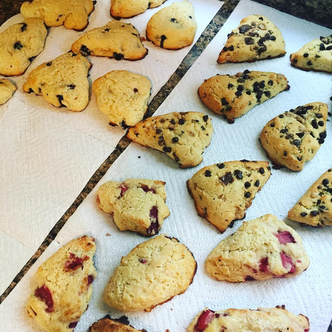 healthy chocolate chip, blueberry & strawberry scones by @alysavoaddiction