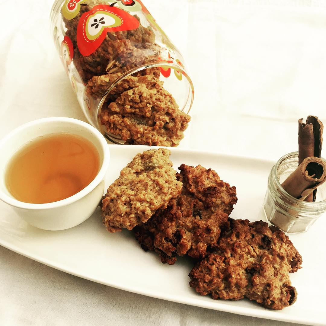 healthy oatmeal raisin breakfast cookies by @theaurumstory