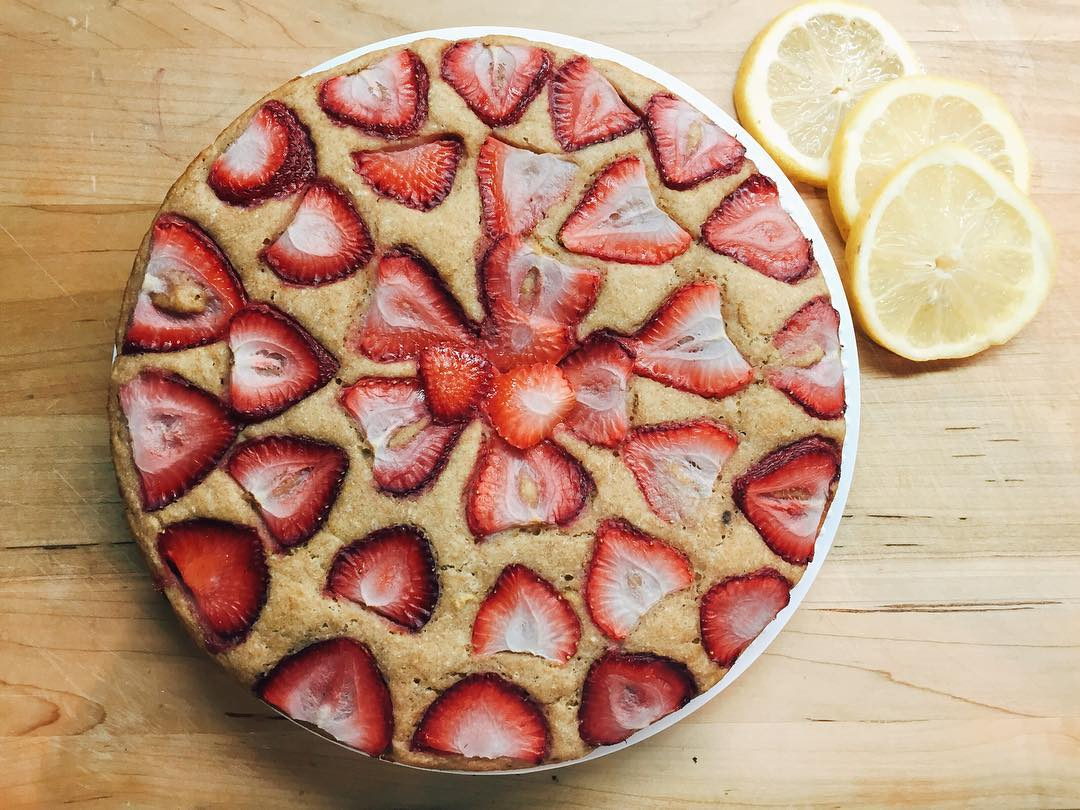 simple strawberry lemon cake by @thesweetesteats