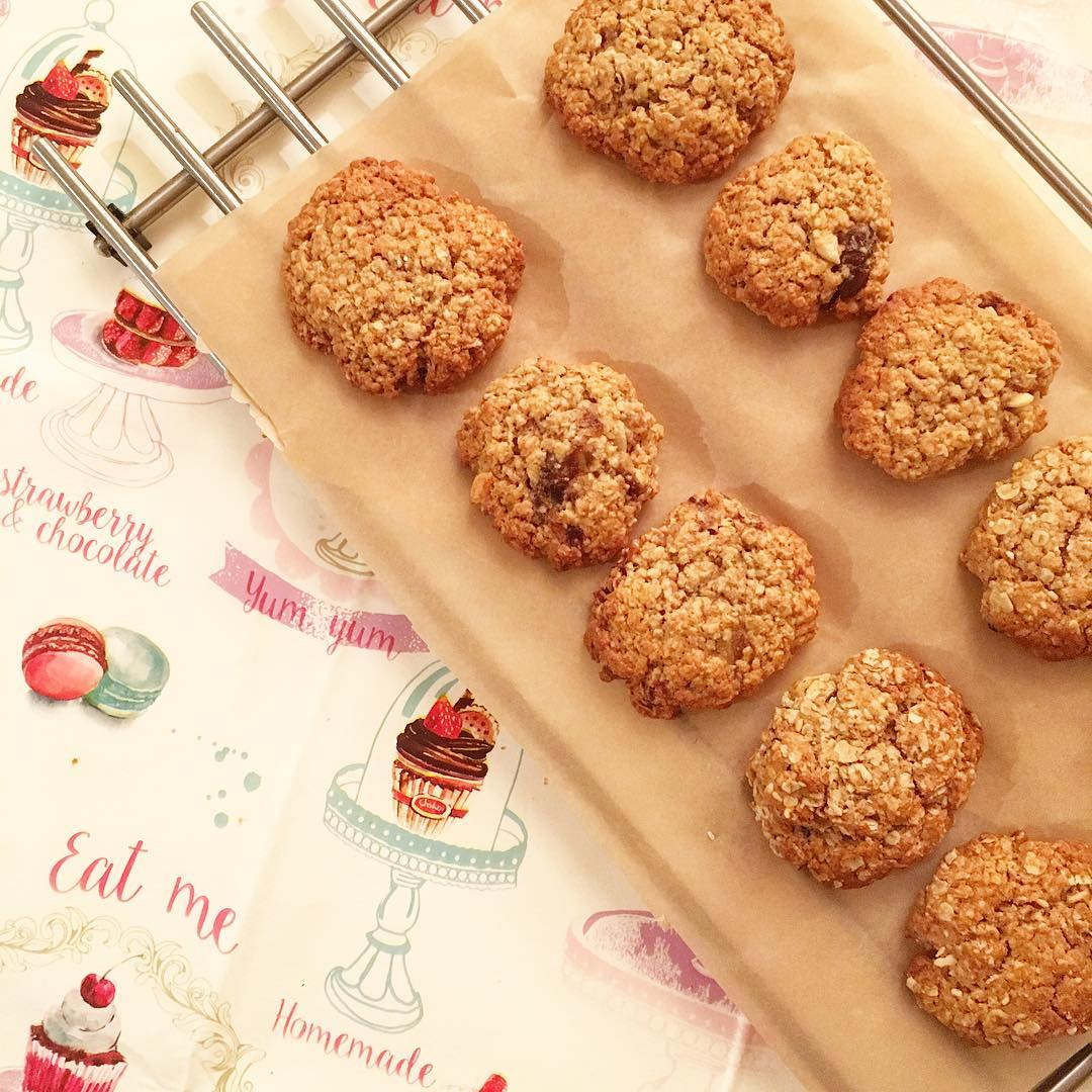 the ultimate healthy soft & chewy oatmeal raisin cookies by @_greenisclean