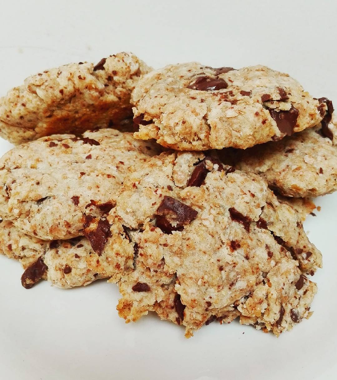 chocolate chip oatmeal cookies by @healthyhes