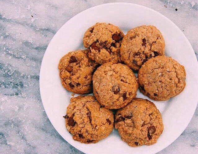 chocolate chip oatmeal cookies by @lauraamcosta