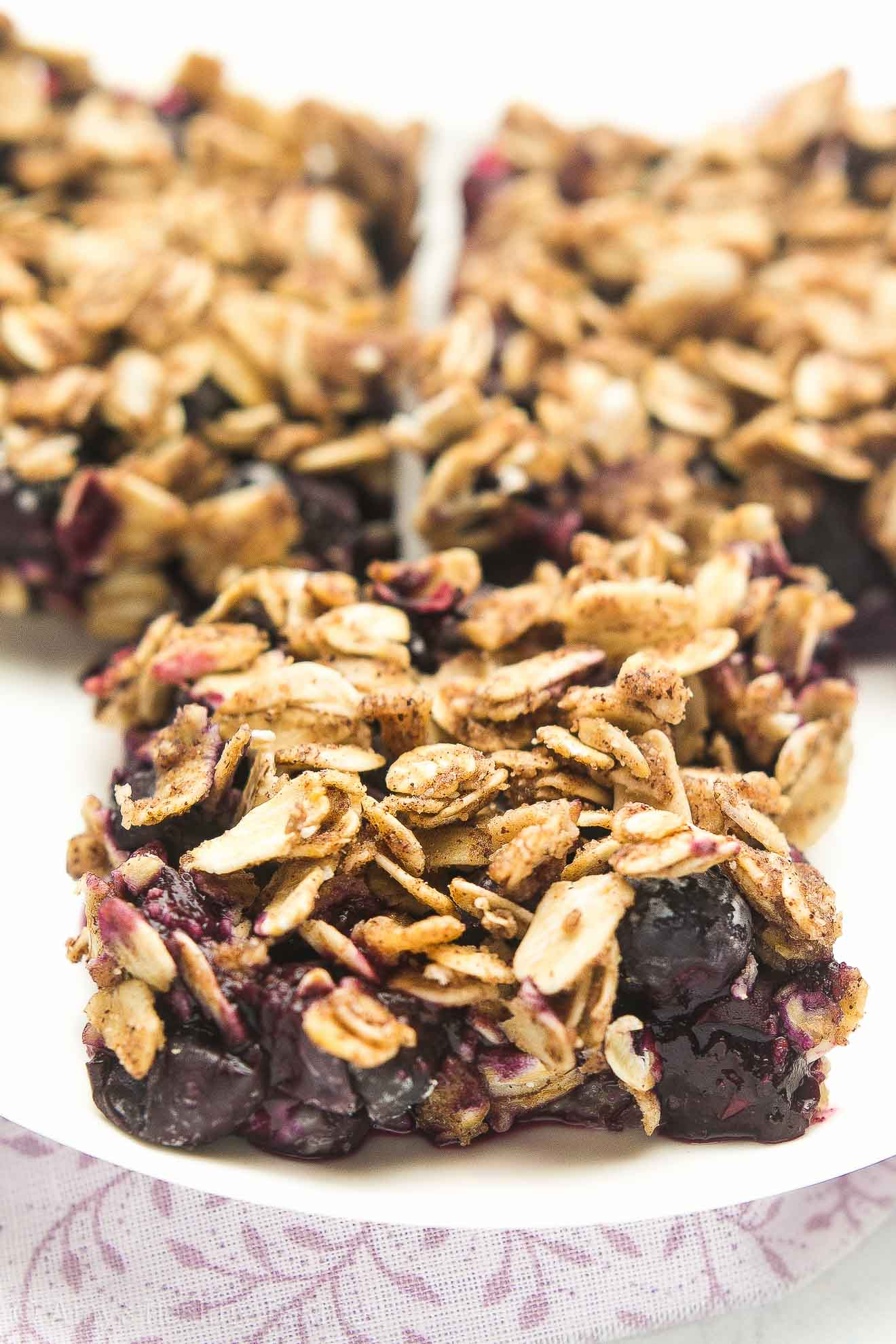 {HEALTHY!} Small Batch Blueberry Crumble Bars -- only 67 calories! Cookie crust + blueberry filling + oatmeal streusel topping = pure BLISS! And this recipe is surprisingly EASY to make!