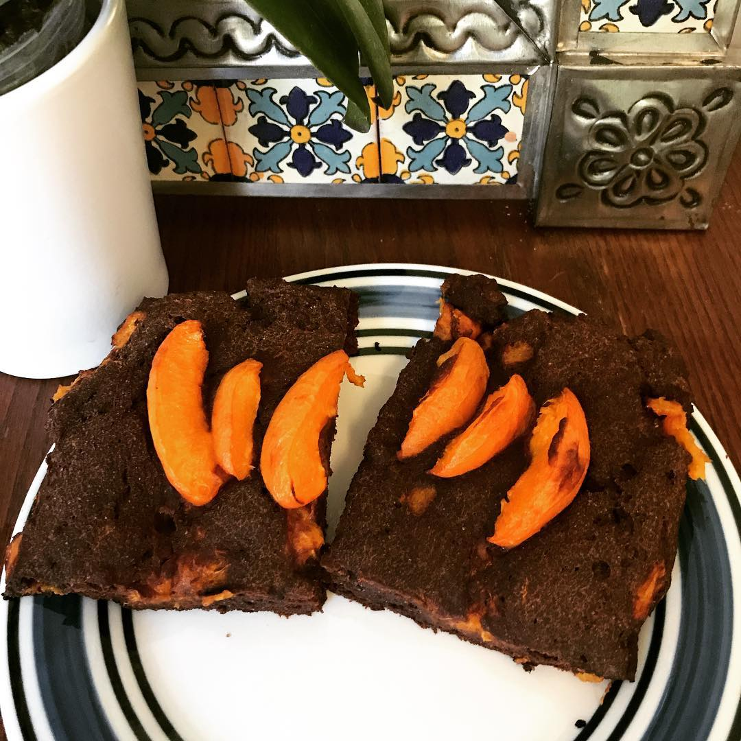 healthy triple chocolate scones {with apricots!} by @awkwardlymomoh