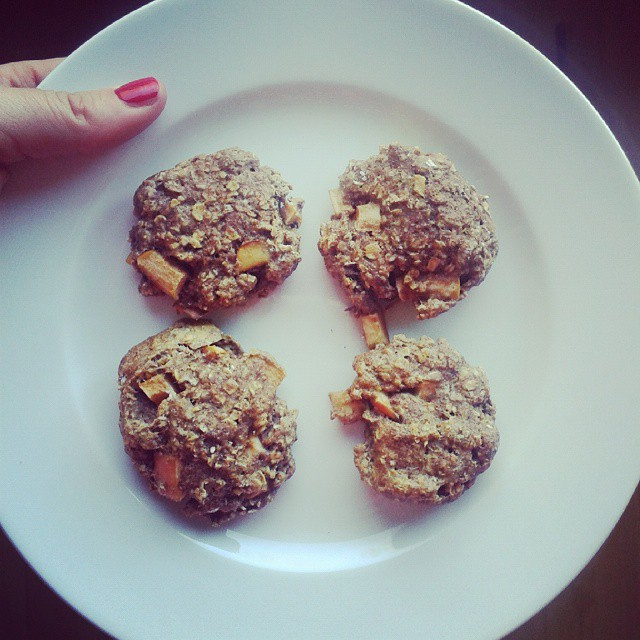 apple pie oatmeal cookies by @exercisesmilerepeat