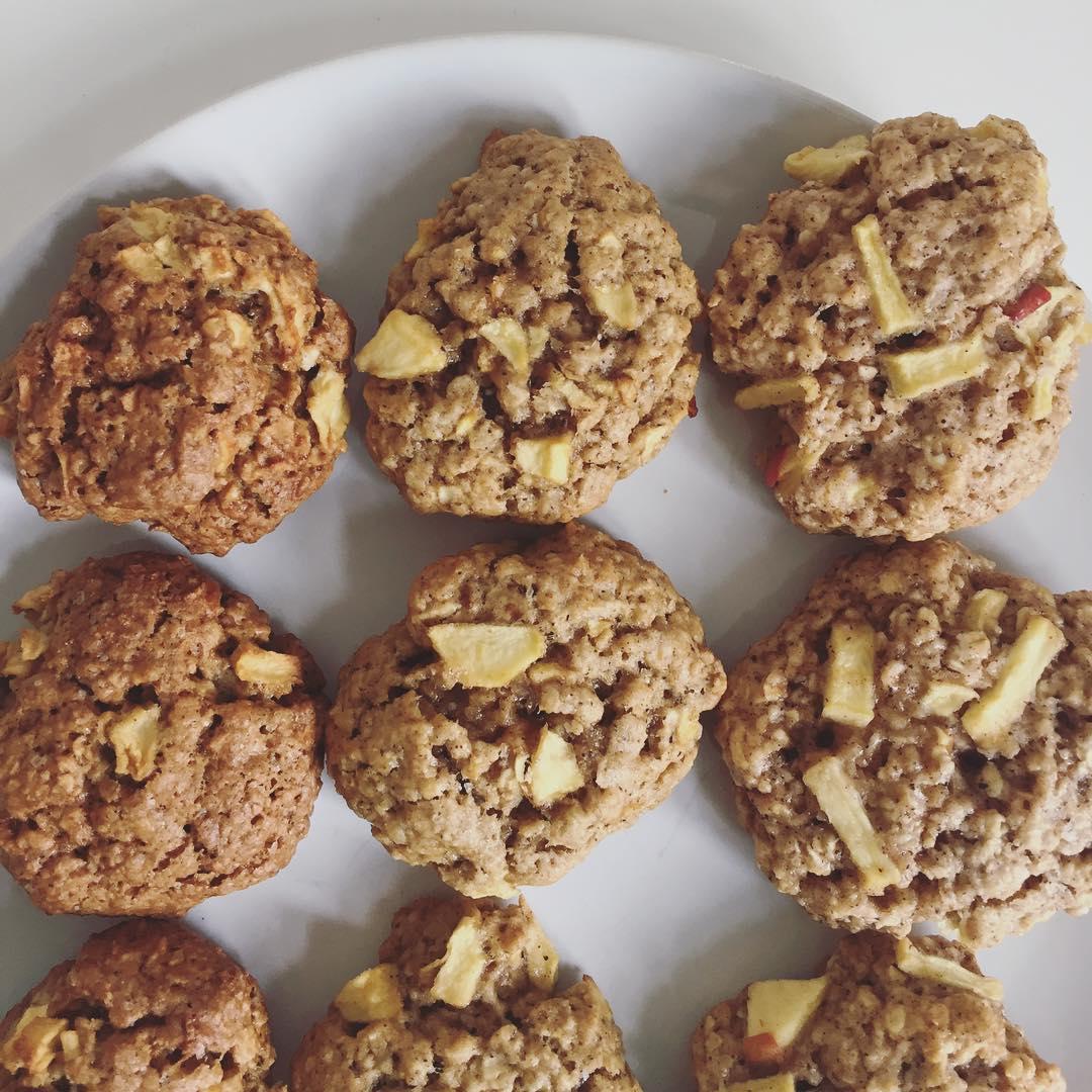 apple pie oatmeal cookies by @omnivoresdelight
