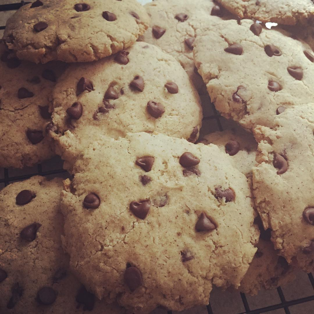 healthy banana chocolate chip cookies by @madxhatter42